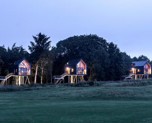 Die Lütetsburg Lodges in Ostfriesland sind drei exklusive Baumhäuser am Waldrand, die zu Erholung, Müßiggang und Naturerlebnis einladen. Der Golfplatz liegt den Gästen zu Füßen.